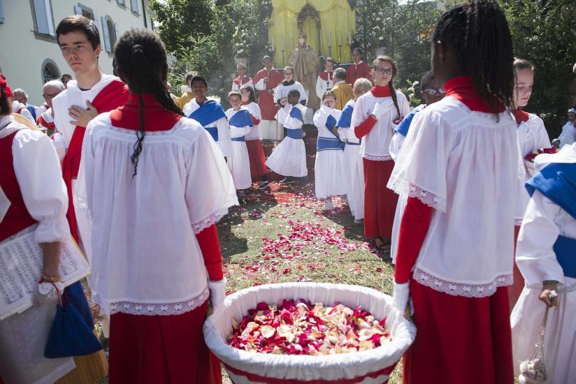 Procession catholique de la Fête-Dieu dans les rues d'estavayer-le-lac.