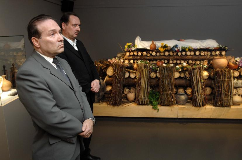 Musée romain de Vallon. Exposition sur les rites funéraire chez les romains. Des membres d'une entreprise de pompes funèbre visite l'exposition.