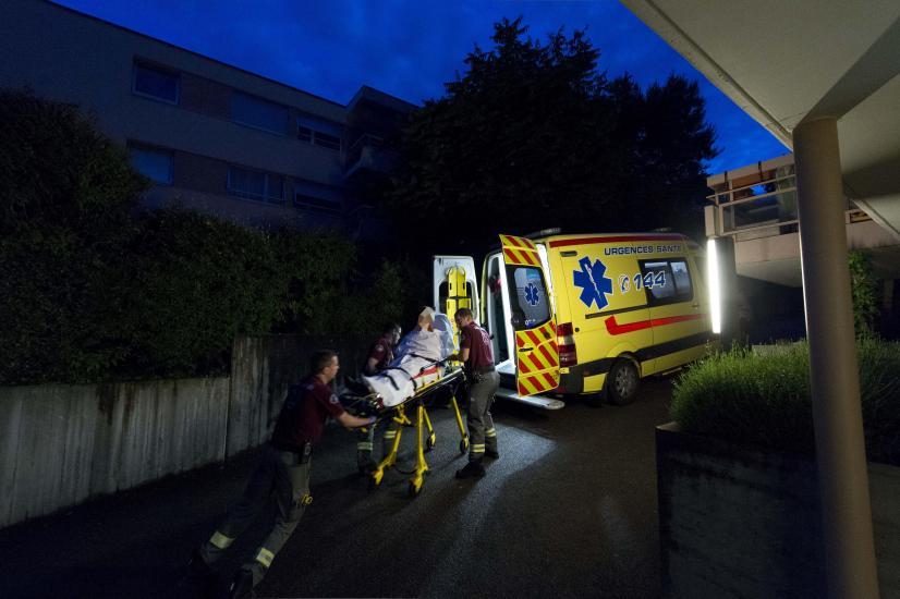 La nuit avec des ambulanciers de la ville de Lausanne. 4 H 50, Ludovic et   Guillaume emmène une patiente aux urgences du CHUV.