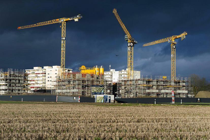 Construction d'immeubles a l'éxtérieur de la ville de Payerne , les constructions mange la campagne