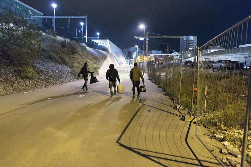 Des migrants viennent aux alentours du Sleep-In a Rennens , pour chercher de la nourriture