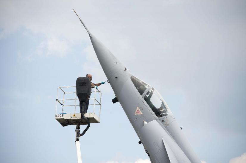 Aérodrome militaire de Payerne, un petit coup de peinture sur un mirage en prévision du meeting aérien Air14.