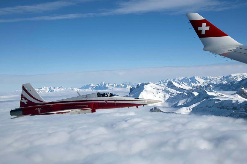 Un avion de la patrouille acrobatique officielle des Forces aériennes suisses